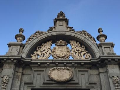 Detalle de la Puerta de Mariana de Neoburgo, colocada en la actualidad en uno de los accesos a los jardines del Buen Retiro. Foto: Investigart.