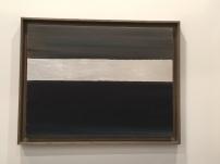Anna-Eva Bergman: Nº 22-1968 - Vred Slovstripe, 49 x 63 cm, témpera y láminas de metal sobre papel montado sobre lienzo. Galerie Jerome Poggi. Foto: Investigart.