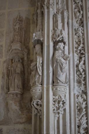 Detalle de las figuras de la portada gótica de la Iglesia.