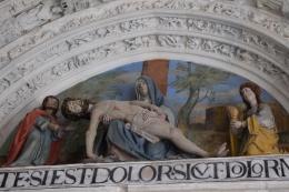 Grupo del llanto sobre Cristo muerto. Tímpano de la portada gótica.