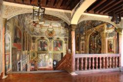 Entrada a la escalera desde el claustro en las Descalzas Reales. Foto: Artículo de Miguel Morán Turina señalado en texto.