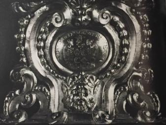 Placa grabada en la peana de la escultura con la inscripción y el escudo de armas de los Ric.