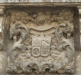 Escudo de la entrada principal de la Casa Ric en Fonz (Huesca). Fotografía Investigart.
