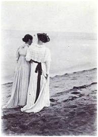 P.S. Kroyer: Fotografía de Anna Ancher y Marie Krøyer paseando por la playa de Skagen.