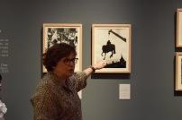 La comisaria, Beatriz Blasco, durante la visita a la exposición.
