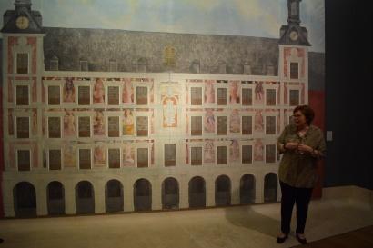 Beatriz Blasco explicando el telón de Carlos Franco.