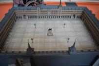 Anónimo: Modelo de la Plaza Mayor de Madrid tras la reforma del pavimento, los tejados y la iluminación. Presentación pública el 16 de octubre de 1961. Madera pintada, cartón, papel, metal y plástico. Museo de Historia de Madrid.