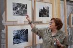 Beatriz Blasco explicando el espacio de fotografías ubicado en el patio del Museo.