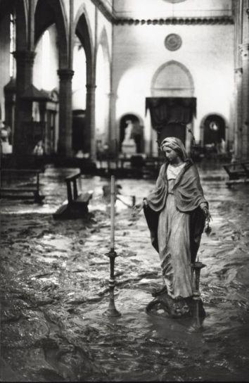 El agua en el interior de la Santa Croce.