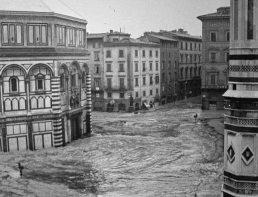 Altura que alcanzó el agua entre el Baptisterio y el Duomo de Florencia.