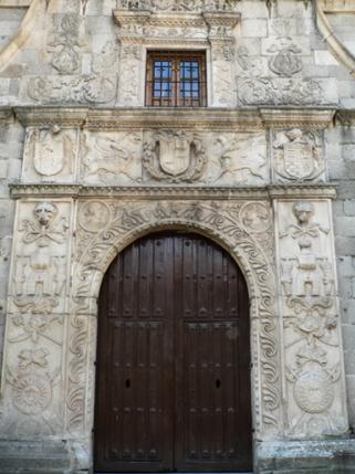 Arco de entrada al Palacio de Polentinos. Foto: Wikimedia Commons.