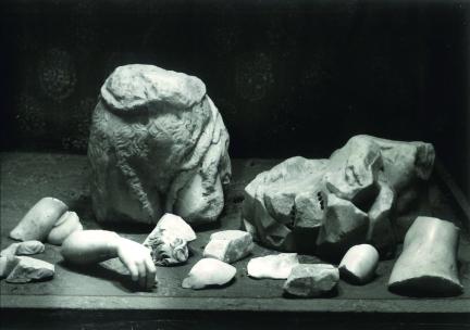 Estado en el que quedó la escultura del San Juanito tras la Guerra Civil Española.